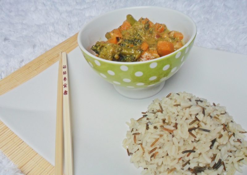 Mein Lieblingsrezept für das beste asiatische Gemüsecurry der Welt! Was nicht fehlen darf: Süßkartoffeln und Kichererbsen. Lecker!