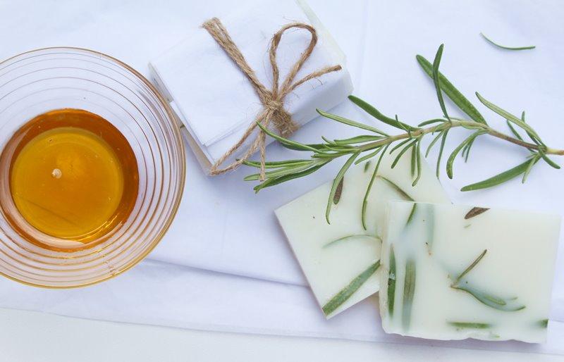 Sandelholz-Rosmarin-Seife mit Honig
