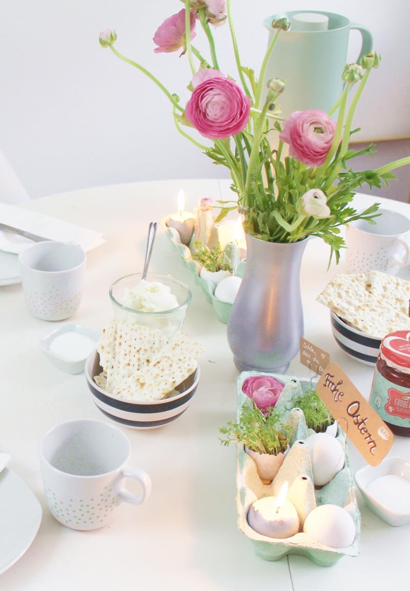 Kerzen und Kresse in Eierschalen